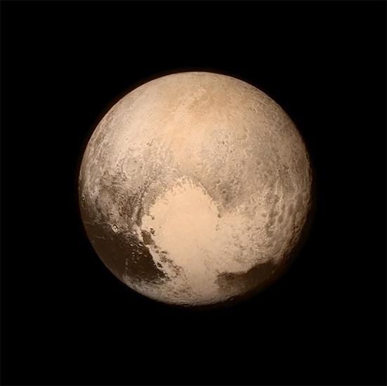 14.jul.2015 - A sonda New Horizons registrou mais uma imagem do planeta anão Plutão, na segunda-feira (13) às 16h. A espaçonave viajou mais de nove anos e mais de três bilhões de milhas e nunca esteve tão perto do planeta. Esta é a última e mais detalhada imagem do Plutão enviada à Terra 16 horas antes do momento de máxima aproximação