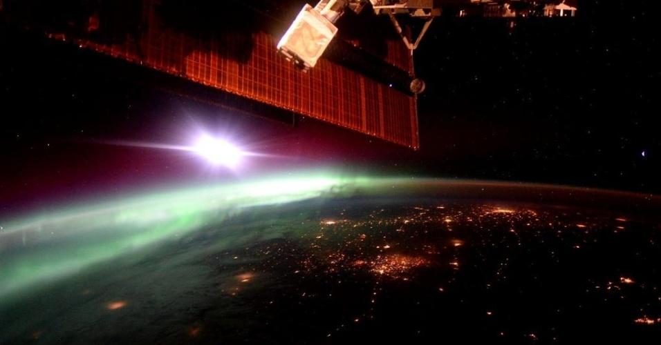 2.out.2015 - Ver a aurora boreal diariamente é uma das vantagens de estar no espaço.