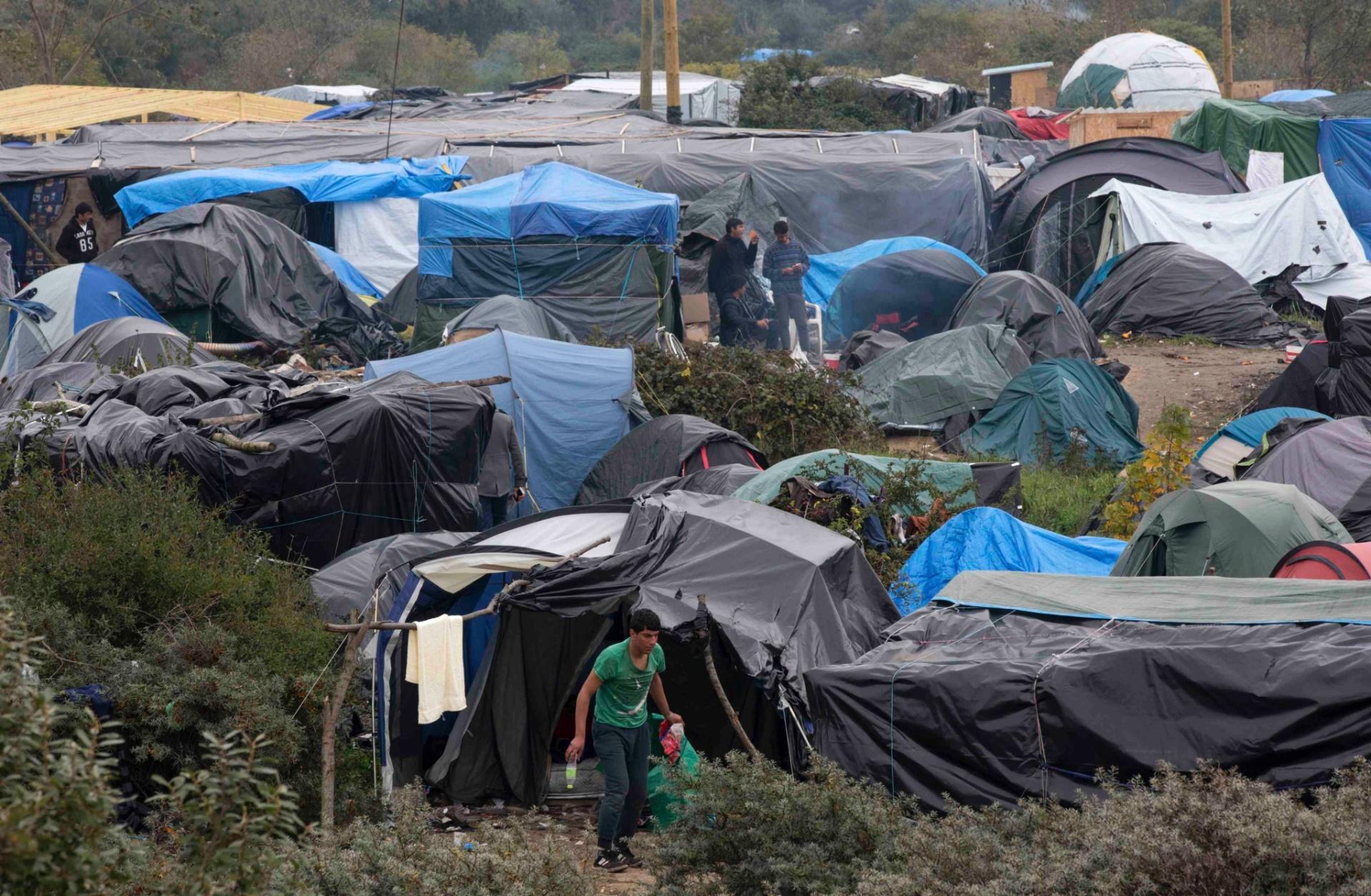 15.out.2015 - Imigrantes ocupam terreno em Calais, na França, e criam favela batizada como