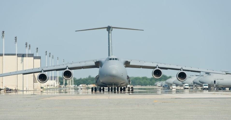 13.jan.2016 - Uma C-5M Super Galaxy se moveu na pista antes de decolar na base da Força Aérea dos Estados Unidos em Dover, Delaware