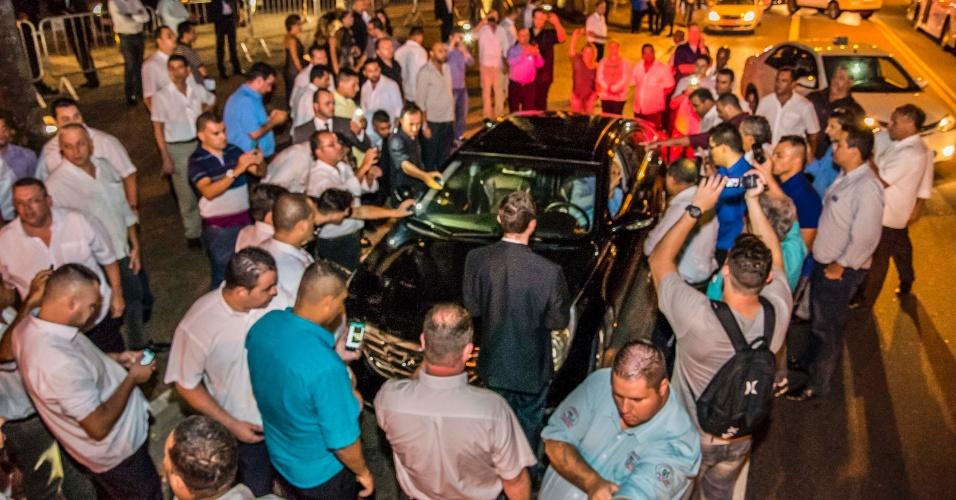 29.jan.2016 - Taxistas provocam tumulto ao abordar um carro preto que parou em frente a hotel nos Jardins, em São Paulo. Um grupo de taxistas abordava desde o final da noite desta quinta-feira (28) e durante esta madrugada todos os carros pretos que param no local, onde ocorre o baile de Carnaval de uma revista. A medida visa inibir os convidados que deixam a festa de utilizar os serviços do aplicativo Uber