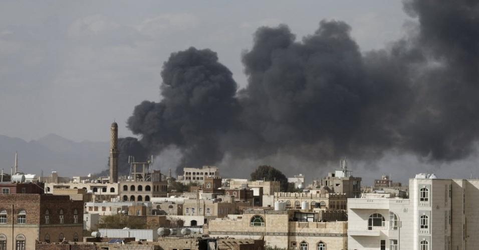 30.jan.2016 - Fumaça é vista na capital do Iêmen, Sanaa, neste sábado (30). A cidade foi atingida por um ataque aéreo liderado pela Arábia Saudita