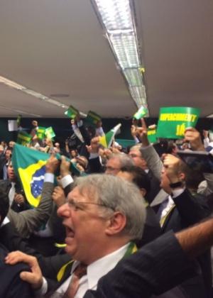 Deputados protestam a favor do impeachment após a maioria dos membros da comissão especial