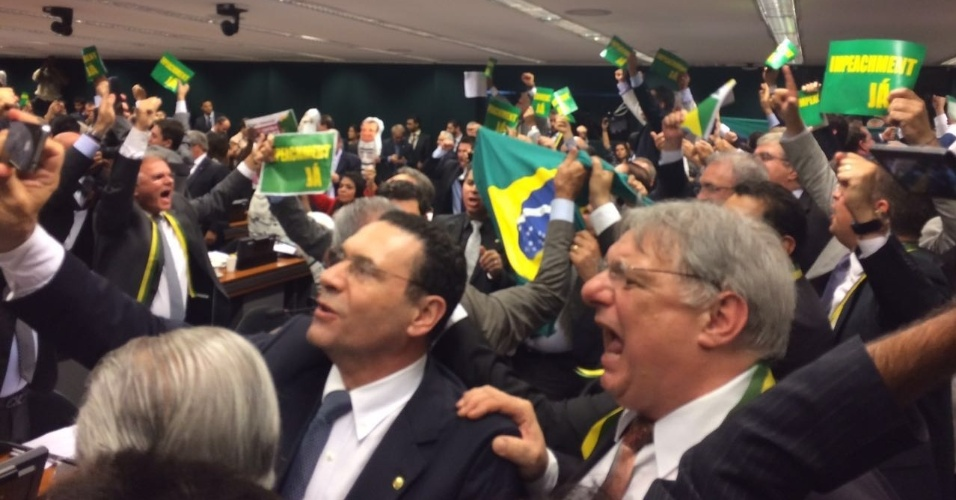 11.abr.2016 - Deputados protestam a favor do impeachment após a maioria dos membros da comissão especial na Câmara votar a favor do parecer do relator Jovair Arantes (PTB-GO), que defende a abertura do processo de afastamento da presidente Dilma Rousseff