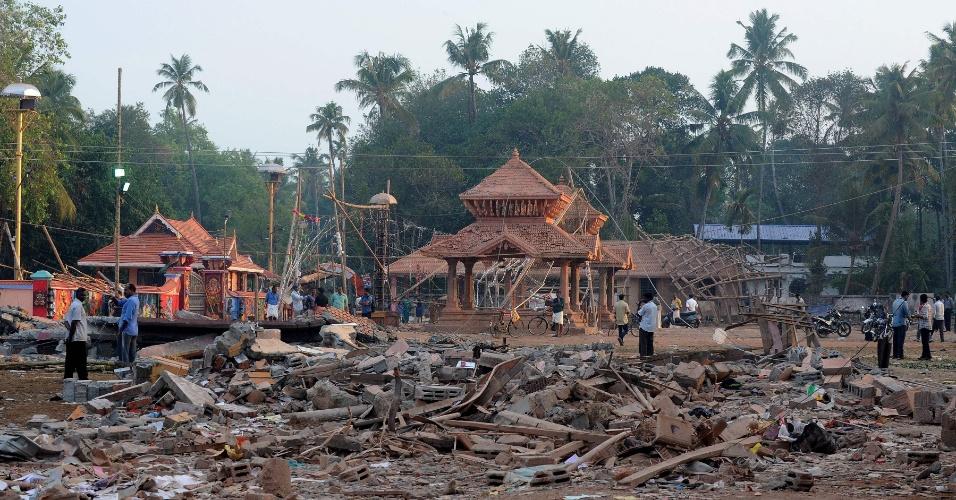 11.abr.2016 - Populares caminham os escombros do templo destruído neste domingo (10) por um incêndio que matou mais de 100 pessoas  e deixou mais de 380 feridas no Estado de Kerala, no sul da Índia. As chamas começaram durante um show de fogos de artifícios para celebrar o início do ano novo hindu