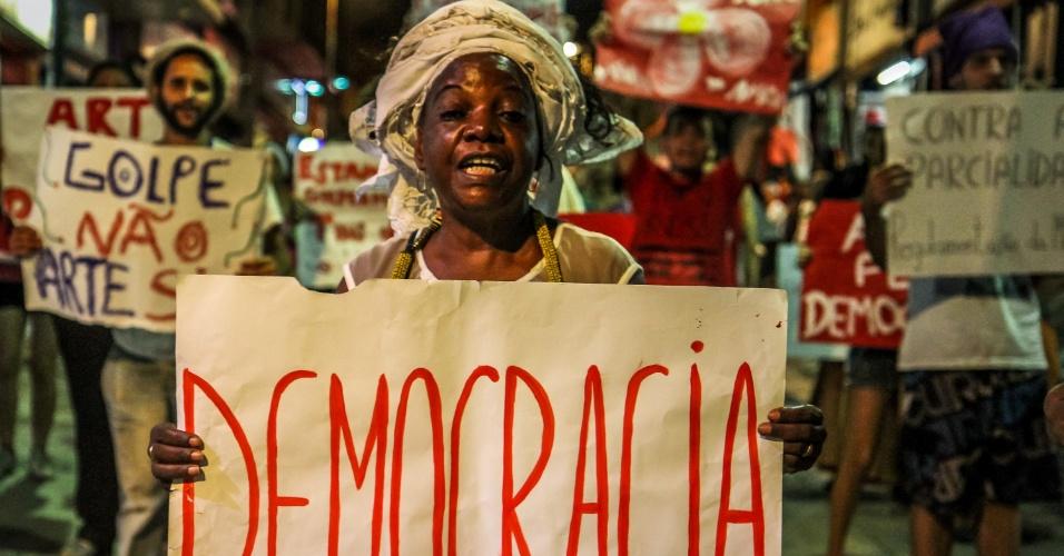 """15.abr.2016 - Artistas e integrantes de movimentos sociais participam do ato """"Canto pela Democracia"""", contra o impeachment da presidente Dilma Rousseff, na praça Ruy Barbosa, centro de Campinas, interior de São Paulo"""