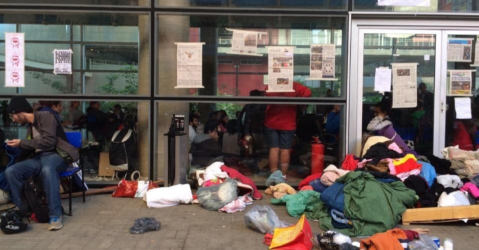 5.mai.2016 - Estudantes que ocupam sede do Centro Paula Souza, no Centro de São Paulo, fazem assembleia na manhã desta quinta. Há reintegração de posse expedida pela Justiça