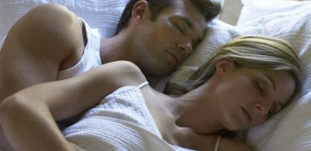 Mulheres dormem em média meia hora a mais do que homens