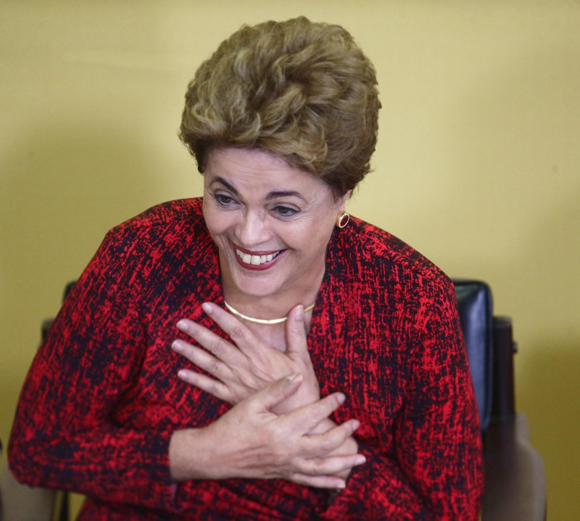 9.mai.2016 - A presidente Dilma Rousseff sorri durante cerimônia de anúncio de criação de novas universidades, no Palácio do Planalto, em Brasília. Mas pede 'cautela' e 'calma' a militantes que comemoravam a decisão do presidente interino da Câmara, Waldir Maranhão (PP-MA), que anulou a tramitação do impeachment no Congresso