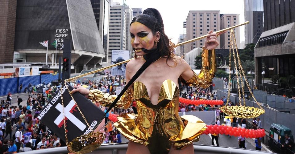 29.mai.2016 - 'Crucificada de 2015', a trans Viviany Beleboni fantasiou-se em protesto contra a Bancada da Bíblia no Congresso Nacional.