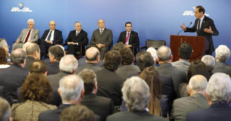 8.jun.2016 - O presidente interino, Michel Temer (PMDB), se reúne com empresários no Palácio do Planalto, em Brasília. O presidente da Fiesp (Federação das Indústrias do Estado de São Paulo), Paulo Skap (no púlpito), foi um dos presentes