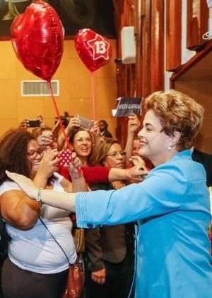 A presidente afastada, Dilma Rousseff, é cumprimentada na Assembleia Legislativa da Bahia, onde foi homenageada, nesta quinta-feira (16)
