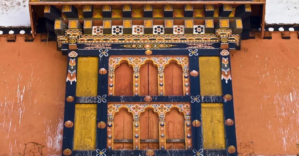 17.jun.2016 - Olhando de fora. Janelas delicadamente trabalhadas decoram a fachada de um monastério budista no Butão
