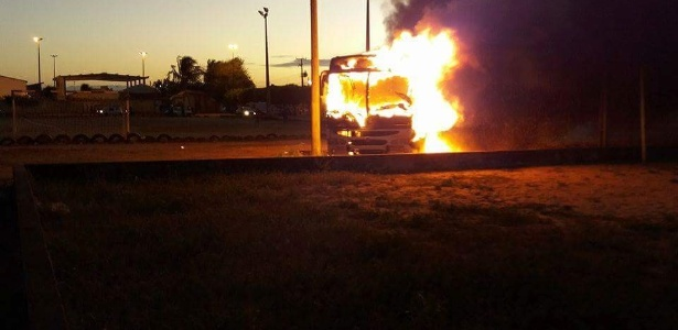 Ônibus é incendiado no terminal do conjunto Soledade I, na zona norte de Natal