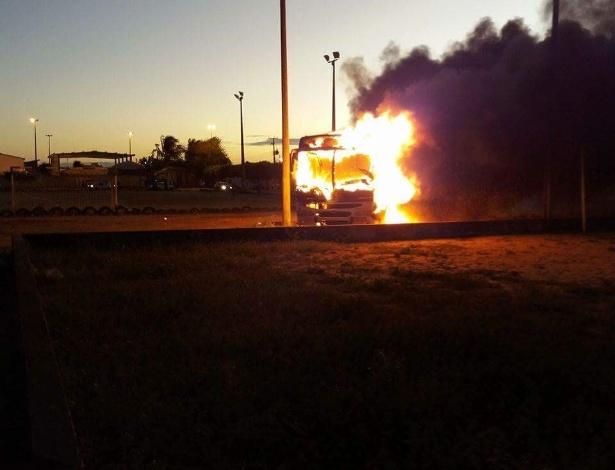 Ônibus incendiado por criminosos na zona norte de Natal
