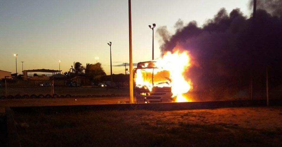 Ônibus incendiado por criminosos no terminal do conjunto Soledade I, na zona norte de Natal