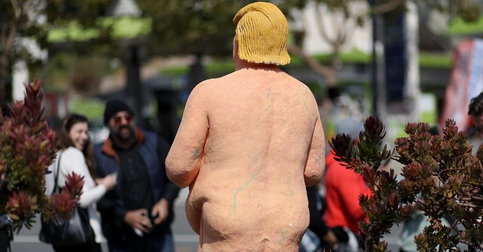 18.ago.2016 - Pedestres sorriem ao olhar para a estátua de Donald Trump nu, em San Francisco, EUA