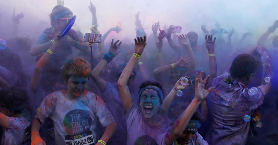 21.ago.2016 - Multidão participa da corrida anual com pó colorido que acontece em Sydney, na Austrália