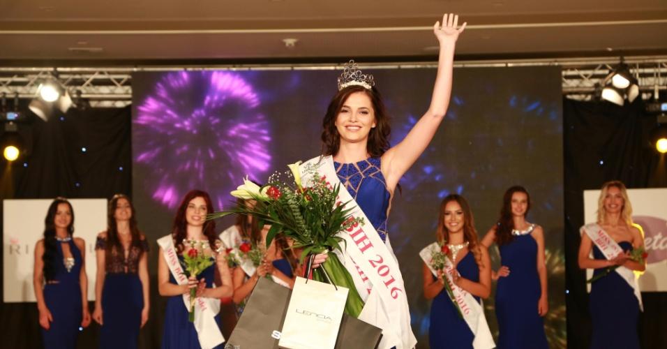 10.out.2016 - Vencedora do Miss Bósnia-Herzegóvina 2016 acena logo após ser coroada em Ilidza, perto de Sarajevo