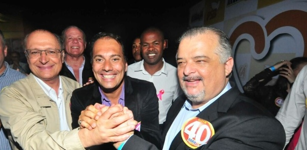Geraldo Alckmin (esq.) posa, em Mauá, ao lado de Atila Jacomussi (centro) e do vice-governador Márcio França