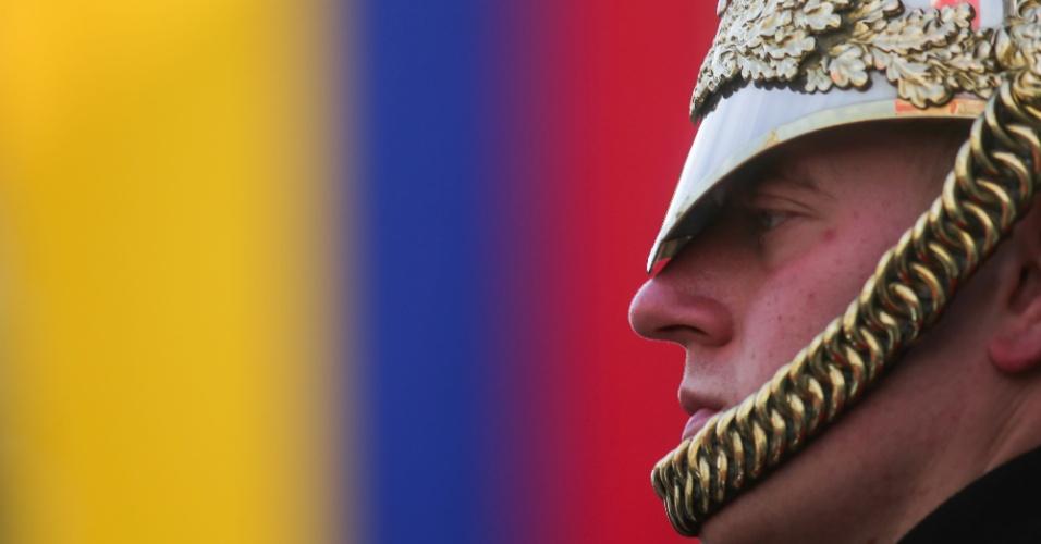 31.out.2016 - Membro do Regimento de Cavalaria do Household Mounted na frente da bandeira colombiana exibida em Whitehall aguarda pela visita do presidente colombiano Juan Manuel Santos, no centro de Londres (Reino Unido)