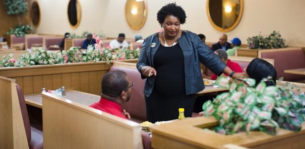 Stacey Abrams, líder democrata na Câmara de Representantes da Geórgia, insta eleitores a votarem durante visita à cafeteria Piccadilly, em Decatur