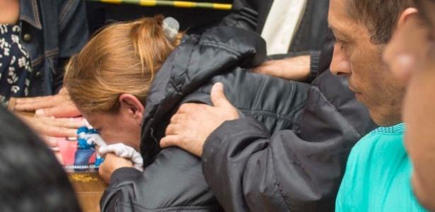 Adriana Moreira chora sobre o caixão do filho, Johnatan Moreira, uma das cinco vítimas de chacina cometida na Grande São Paulo em outubro de 2016 - Marcelo Gonçalves/Sigmapress/Estadão Conteúdo