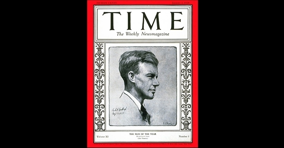 """Charles Lindbergh (1927) - A escolha de personalide do ano da """"Time"""" surgiu em 1927 para nomear a pessoa que mais teve influência naquele período, """"para o bem ou para o mal"""", como a revista frisa. O primeiro escolhido não foi nenhum líder mundial, e sim o norte-americano Charles Lindbergh, que em 1927 se tornou a primeira pessoa a voar o Atlântico em um avião, sozinho, sem paradas. O trajeto foi de Nova York a Paris"""