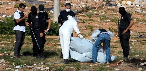 Peritos fazem varredura na Penitenciária Estadual de Alcaçuz, na Grande Natal, em busca de partes de corpos de detentos mortos