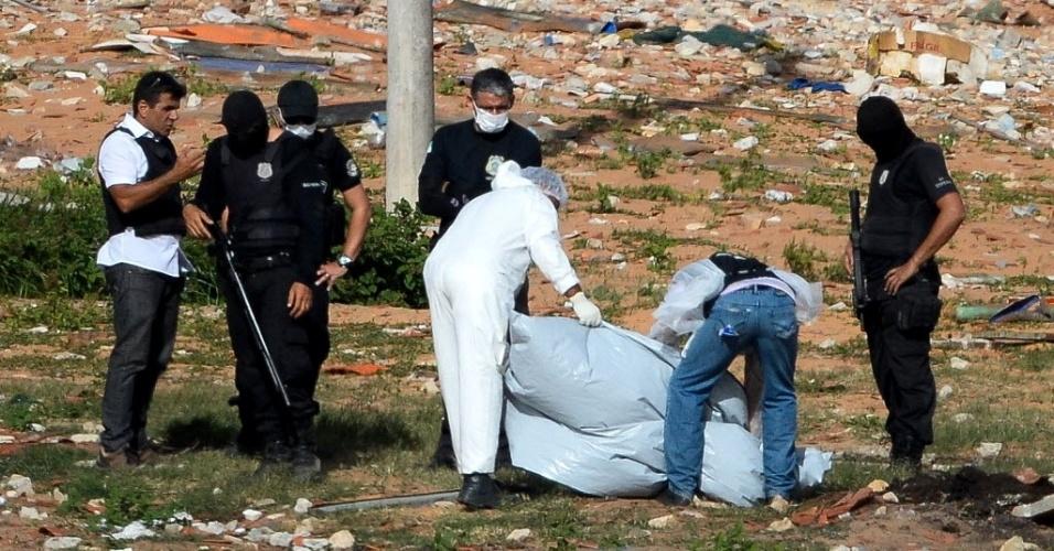 21.jan.2017 - Peritos do Itep (Instituto Técnico-Científico de Polícia) do Rio Grande do Norte fazem varredura na Penitenciária Estadual de Alcaçuz, na Grande Natal, em busca de partes de corpos de detentos mortos