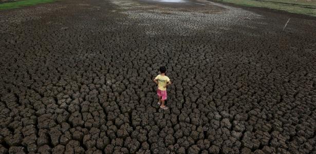 Natan Cabral, 5, está no chão rachado do reservatório Boqueirão, na Região Metropolitana de Campina Grande, Paraíba