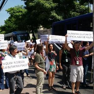 Pesquisadores e funcionários do Instituto Butantan protestam contra o afastamento do diretor Jorge Kalil
