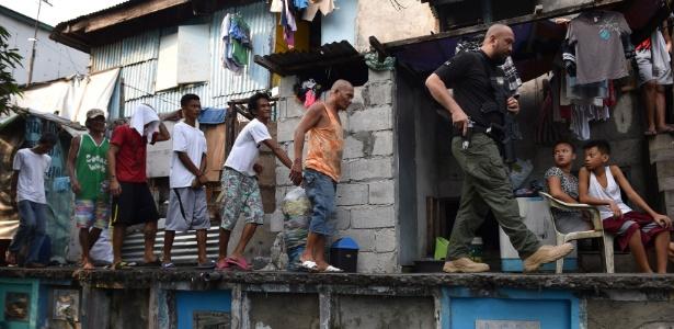 Policial conduz suspeitos durante operação de combate às drogas em Manila, nas Filipinas