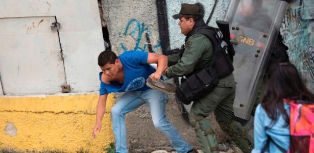 Apoiador do governo venezuelano entra em embate com policial da Guarda nacional em protesto em frente à Suprema Corte em Caracas