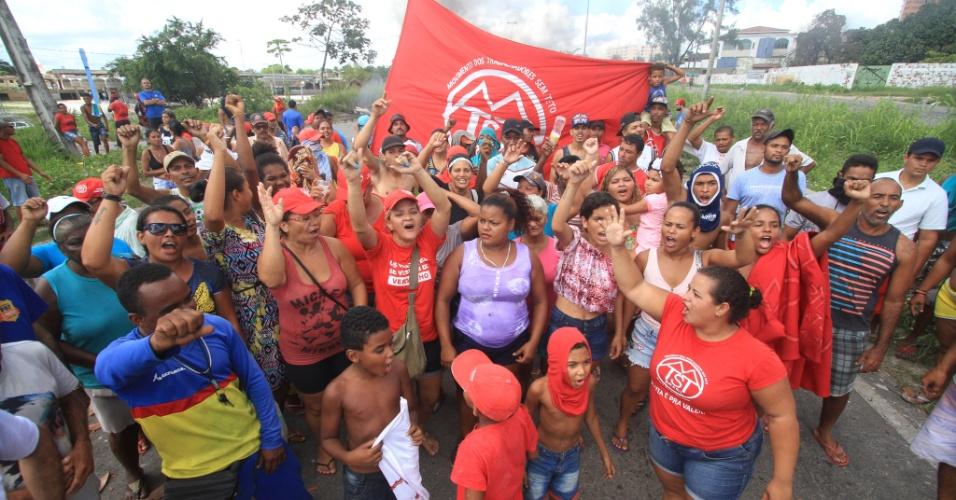 28.abr.2017 - Integrantes do MTST (Movimento dos Trabalhadores Sem Teto) fecham a BR-101, no Recife (PE), nas imediações do TI do Barro