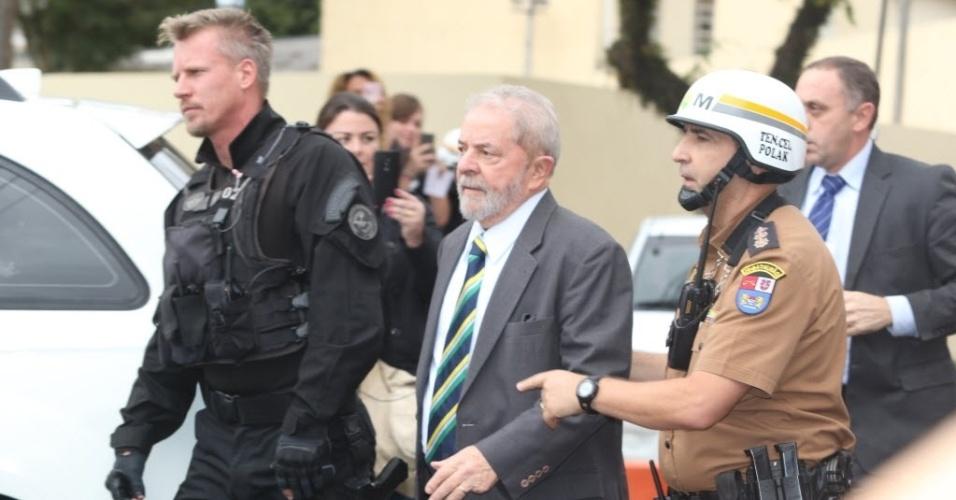 Ex-presidente Luiz Inácio Lula da Silva caminha entre policiais em Curitiba (PR)