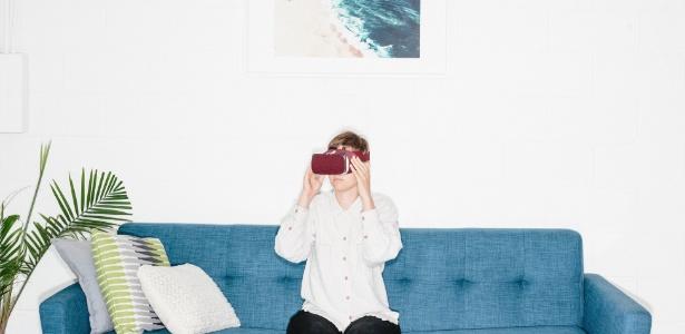 Myla Fay, da Limbix, testa o equipamento com o software de realidade virtual usado para terapias