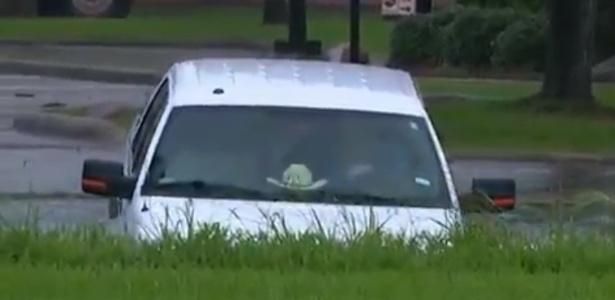 Motorista se confundiu e tomou a direção de um rio com o carro no Texas - Reprodução
