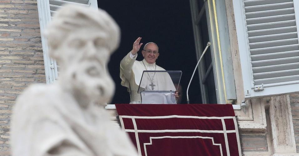 31.dez.2017 - Papa Francisco acena para os fiéis na praça de São Pedro, no Vaticano, durante a última missa do Angelus em 2017