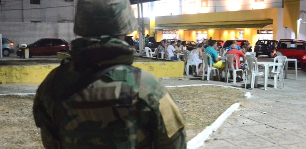 Fuzileiros navais fazem patrulha nas ruas do bairro de Ponta Negra, em Natal