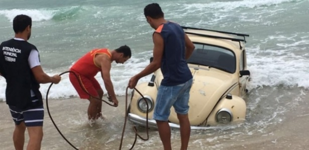 Fusca na praia do Santinho, em Florianópolis, foi retirado após atrair olhares curiosos