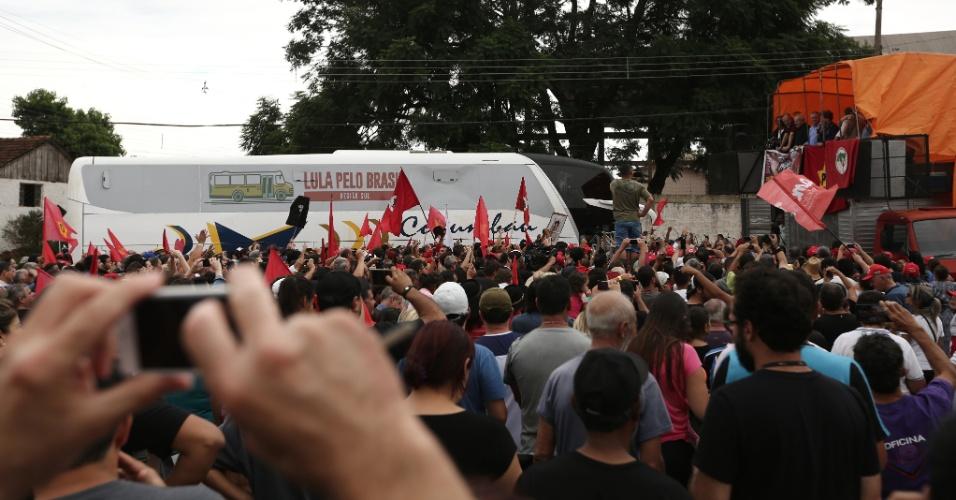 22.mar.2018 - O ex-presidente Luiz Inácio Lula da Silva (PT) foi recebido por correligionários ao chegar em Cruz Alta (RS) na quinta-feira (22), no quarto dia da caravana pelo interior gaúcho