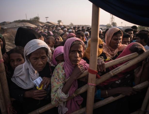 Refugiadas rohingyas esperam na fila para receber comida e primeiros socorros no campo Kutupalong - Ed Jones/AFP