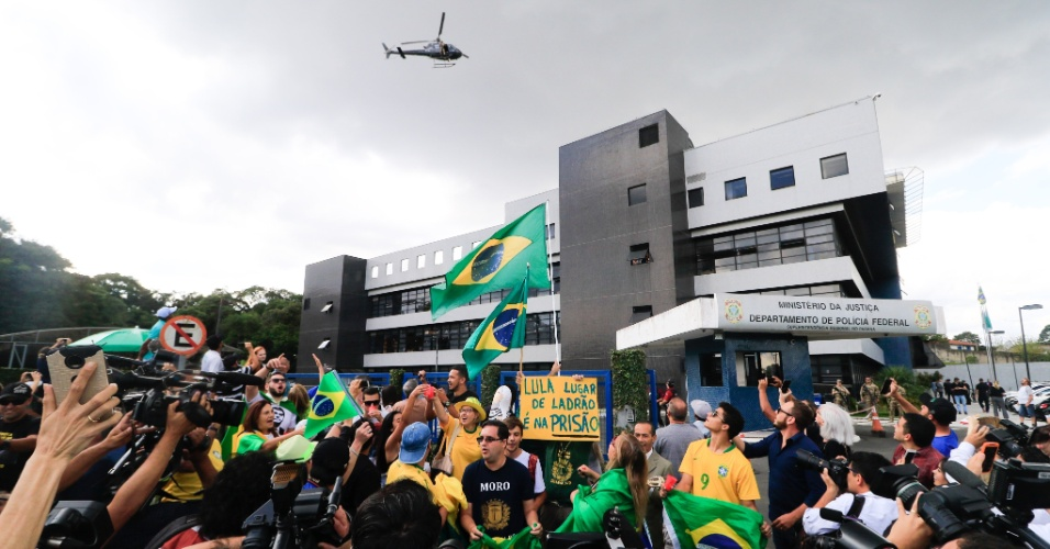 Manifestantes comemoram determinação de prisão do ex presidente Lula em frente a sede da Polícia Federal em Curitiba