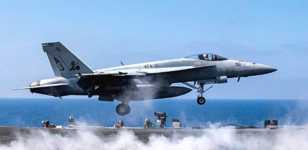Jato americano decola de porta-aviões em operação contra o Estado Islâmico - Mass Communication Spc. 2nd Class Christopher Gaines/U.S. Navy via The New York Times