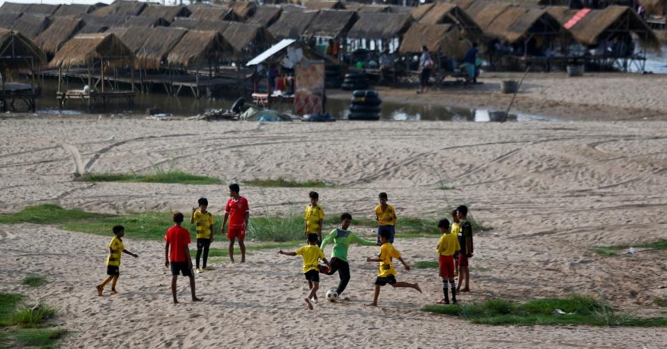 15.maio.2018 - Crianças jogam bola nos bancos de areia ao lado do rio Mekong, no resort Koh Dach, perto de Phnom Penh, no Camboja