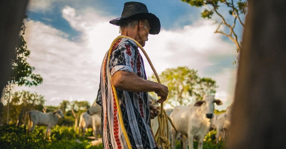 Agricultor se prepara para buscar o gado solto no pasto na comunidade de Fundo de Fecho de Pasto, no oeste da Bahia