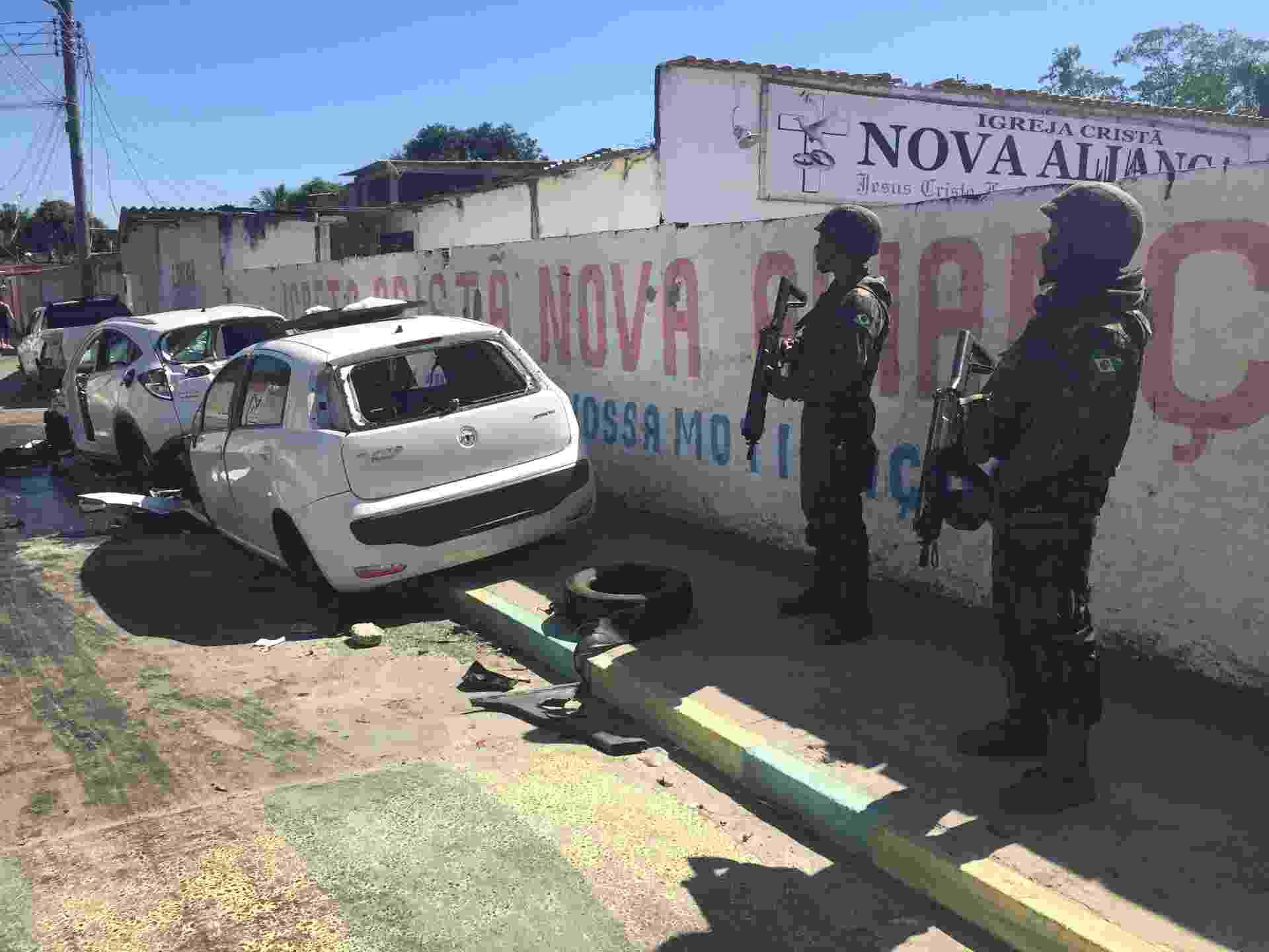 14.ago.2018 - Militares vigiam rua na favela de Antares, em Santa Cruz, zona oeste do Rio - Luis Kawaguti / UOL