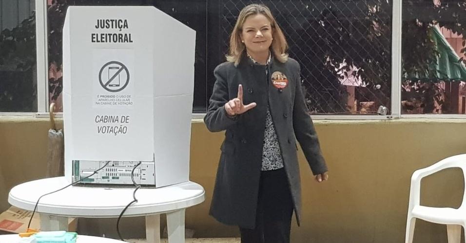 """A senadora Gleisi Hoffmann, que é candidata a deputada federal, vota em Curitiba e faz sinal """"Lula Livre"""""""