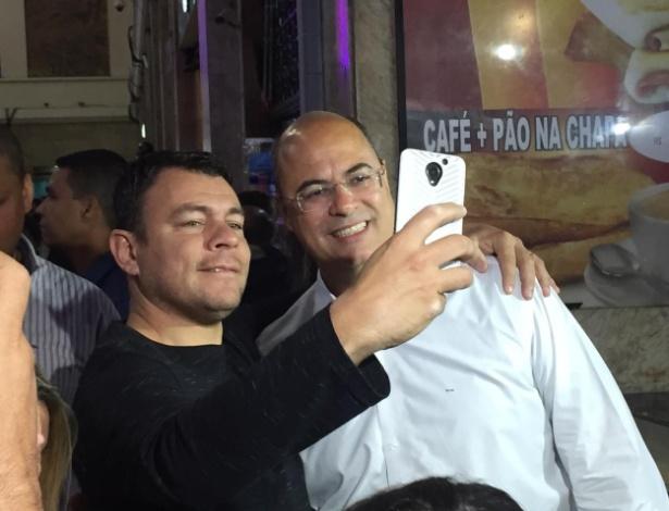 Witzel (PSC) faz selfie com apoiador na Central do Brasil, nesta segunda-feira (29)